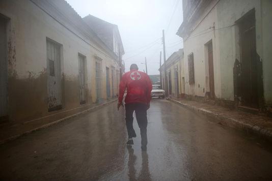 5183386 6 8ee5 un secouriste dans les rues de remedios ville 473fae1ec9881cd4aac4eb0e857137dc